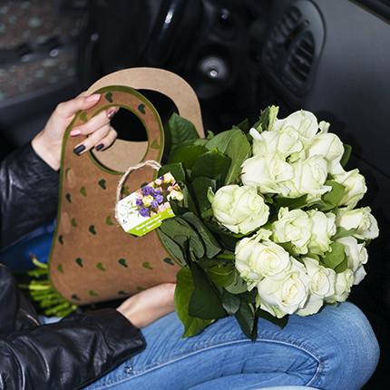 """Букет в крафт-пакеті """"15 білих троянд""""  - придбати в Україні"""