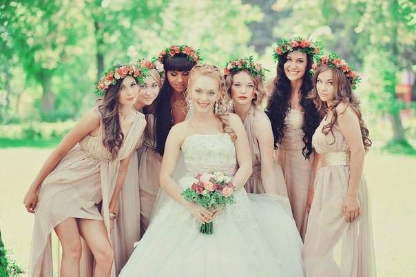 подружки невесты с живыми цветами в волосах