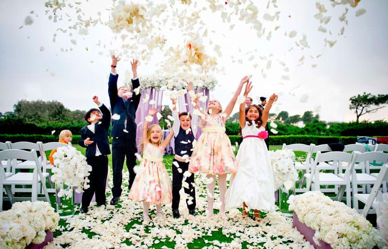 свадьба с лепестками роз