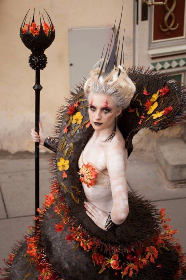 девушка в наряде из цветов