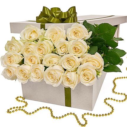 """Квіти в коробці """"19 білих троянд"""" - доставка по Україні"""