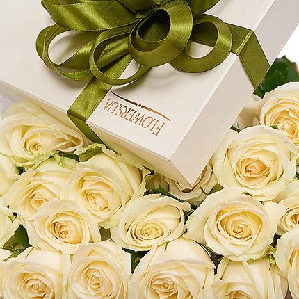 """Квіти в коробці """"19 білих троянд"""" - замовити з доставкою"""