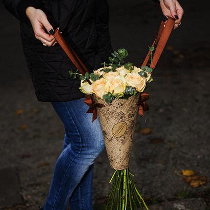 """Букет в конус-пакете """"11 кремовых роз"""" - заказать с доставкой"""