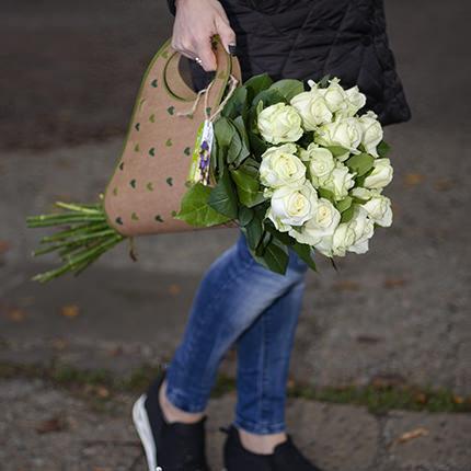 """Букет в крафт-пакеті """"15 білих троянд"""" - замовити з доставкою"""