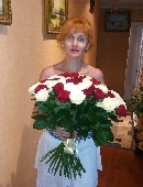 51 червона і біла троянда