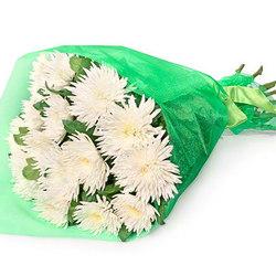 15 білих хризантем